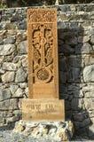 从从Jugha的16世纪雕刻的拷贝的khachkar,被安装沿导致Geghard修道院的路  库存照片