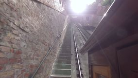 从传统缆索铁路,无盖货车的看法举到山在老城市 影视素材