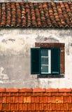 从传统老葡萄牙门面的细节与绿色和白色木窗口 图库摄影