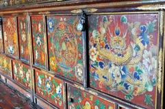 从佛教徒修道院的五颜六色的被绘的家具 免版税库存图片