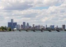 从佳丽小岛渔码头的底特律地平线 免版税图库摄影