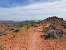 从供徒步旅行的小道的沙漠和城市全景在贝克小山, Chuckwalla,乌龟墙壁,天堂外缘附近的圣乔治犹他附近, 图库摄影