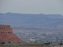 从供徒步旅行的小道的沙漠和城市全景在贝克小山, Chuckwalla,乌龟墙壁,天堂外缘附近的圣乔治犹他附近, 库存图片