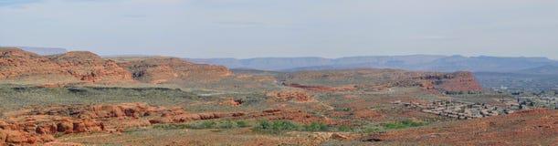 从供徒步旅行的小道的沙漠和城市全景在贝克小山, Chuckwalla,乌龟墙壁,天堂外缘附近的圣乔治犹他附近, 免版税库存照片