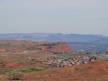 从供徒步旅行的小道的沙漠和城市全景在贝克小山, Chuckwalla,乌龟墙壁,天堂外缘附近的圣乔治犹他附近, 免版税图库摄影