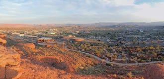 从供徒步旅行的小道的沙漠和城市全景在贝克小山, Chuckwalla,乌龟墙壁,天堂外缘附近的圣乔治犹他附近, 免版税库存图片