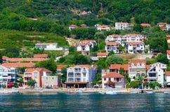 从依靠的海的美丽的景色海岸,科托尔海湾,黑山 免版税库存图片