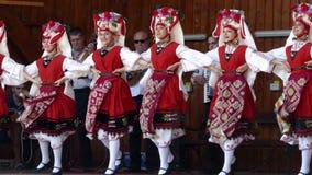 从保加利亚的舞蹈家传统服装的执行在一个民间节日1 股票视频