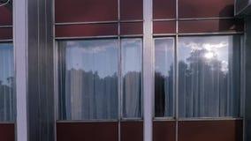 从修造的照相机的窗口的纹理从左到右顺利地移动 股票视频