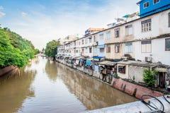 从俯视Banglamphu运河的Ratanasatan桥梁的风景在曼谷,泰国 免版税库存图片