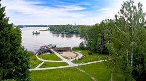 从俾斯麦塔的湖风景在什切齐内克-波兰 免版税库存照片