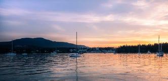 从充气救生艇船坞的纳奈莫港口 免版税库存图片