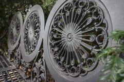 从公园金属长凳后面架靠背的细节  库存照片