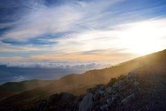 从冒纳凯阿火山,在夏威夷的海岛上的一座休眠火山的惊人的日落视图 库存照片