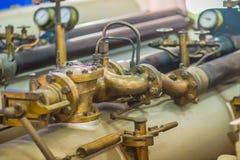 从军舰的老鱼雷发射器管 水下鱼雷发射管是通用发射器,并且也经常有能力在dep上 免版税库存图片