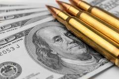 从军队机器宏指令的作战子弹在钞票$ 100 强的军队防御的概念和标志  免版税库存照片