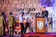 从军队的一个代表放花圈在纪念品在纪念仪式在纪念站点对在Isr下落的 免版税库存照片