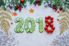 从冷杉的圣诞节装饰分支,霍莉,黄瓜 免版税库存照片