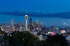 从凯利公园的蓝色小时西雅图地平线视图 图库摄影