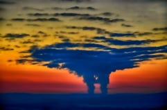 从创造一朵大垂直被开发的云彩的一个核电站的蒸发 免版税库存照片