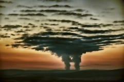 从创造一朵大垂直被开发的云彩的一个核电站的蒸发 库存照片