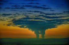 从创造一朵大垂直被开发的云彩的一个核电站的蒸发 图库摄影