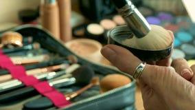 从刷子的化妆师despersing的粉末在五颜六色的化妆调色板 股票视频