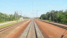 从前面汽车,运输,铁路路的移动的火车视图 股票录像