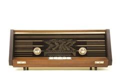 从前面看见的老古色古香的收音机隔绝在一白色backgr 免版税库存图片