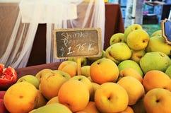 从加利福尼亚市场的新鲜的桃子 免版税库存照片