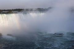 从加拿大边的尼亚加拉大瀑布与彩虹 免版税库存图片