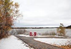 从加拿大150的红色椅子俯视湖 库存照片