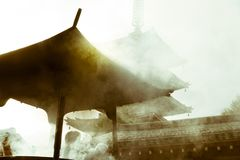 从包括著名佛教寺庙Senso籍的灼烧的香火抽烟在浅草,东京,日本 免版税图库摄影