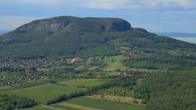从匈牙利的美好的绿色风景有在巴拉顿湖附近的火山的 影视素材