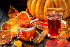 从南瓜和abrok,秋天背景的果酱, 图库摄影
