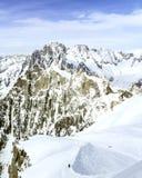 从南针峰的顶端看法有雪的在夏天-夏慕尼,勃朗峰,法国,欧洲阿尔卑斯 免版税库存照片