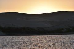 从南非的最大的沙丘在日落的星期天河附近在Addo大象附近的科尔切斯特停放 免版税库存照片