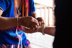 从卡伦种族小山部落少数t的未认出的老妇人 免版税图库摄影