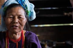 从卡伦种族小山部落少数w的未认出的老妇人 免版税库存照片