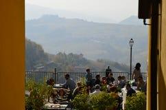 从卡洛索, Monferrato村庄的看法往葡萄园的 库存照片