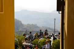 从卡洛索, Monferrato村庄的看法往葡萄园的 免版税库存照片