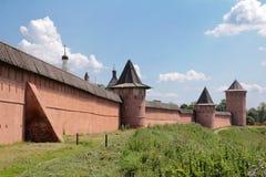 从卡缅卡河的看法在修道院的墙壁上以纪念苏兹达尔Spaso-Evfimievsky的圣洁修士Evfimiya的 库存图片