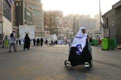 从印度尼西亚的回教妇女使用轮椅 免版税库存照片
