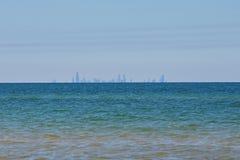 从印第安纳沙丘的芝加哥地平线在密歇根湖 免版税库存图片