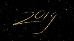 从发光的金微粒的2019个数字在假日赋予生命的新年快乐背景形成了 股票视频