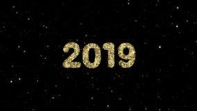 从发光的金微粒的2019个数字在假日赋予生命的新年快乐背景形成了 股票录像