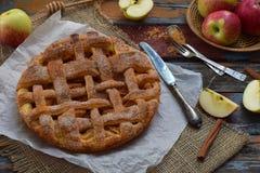 从发酵面团的自创有机苹果饼在木背景 立即可食果子的点心 库存照片