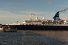 从口岸的豪华游轮航行在海 免版税库存照片