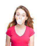 从口香糖的女孩吹的泡影 免版税库存图片