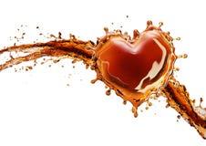 从可乐飞溅的心脏与在白色隔绝的泡影 图库摄影